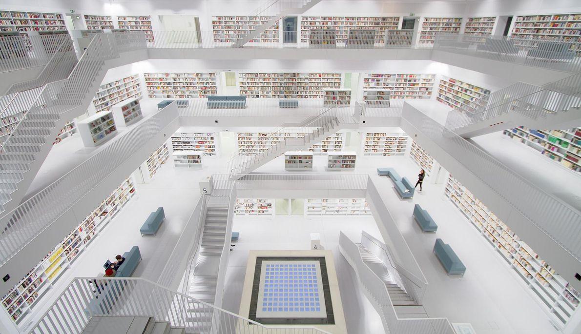 La nouvelle bibliothèque municipale de Stuttgart, avec ses murs cubiques d'un blanc immaculé, semble être le ...