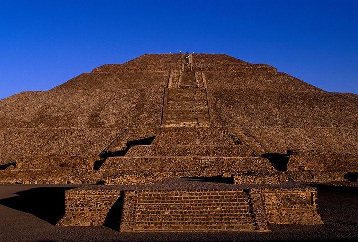 La pyramide du soleil de Teotihuacan se détache sur le ciel cobalt à Mexico.