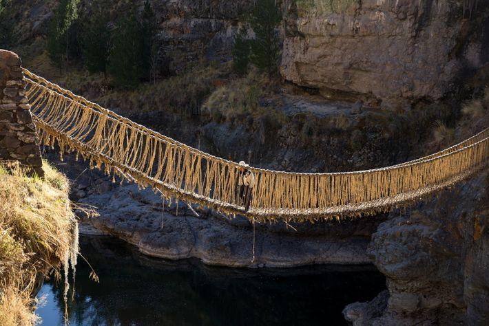 Un homme quechua traverse le vieux pont suspendu au début de la cérémonie.