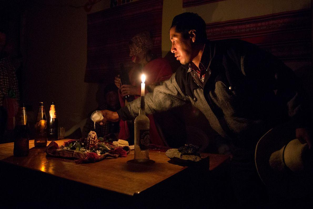 Un membre de la communauté quechua fait une offrande spirituelle la veille du début de la ...