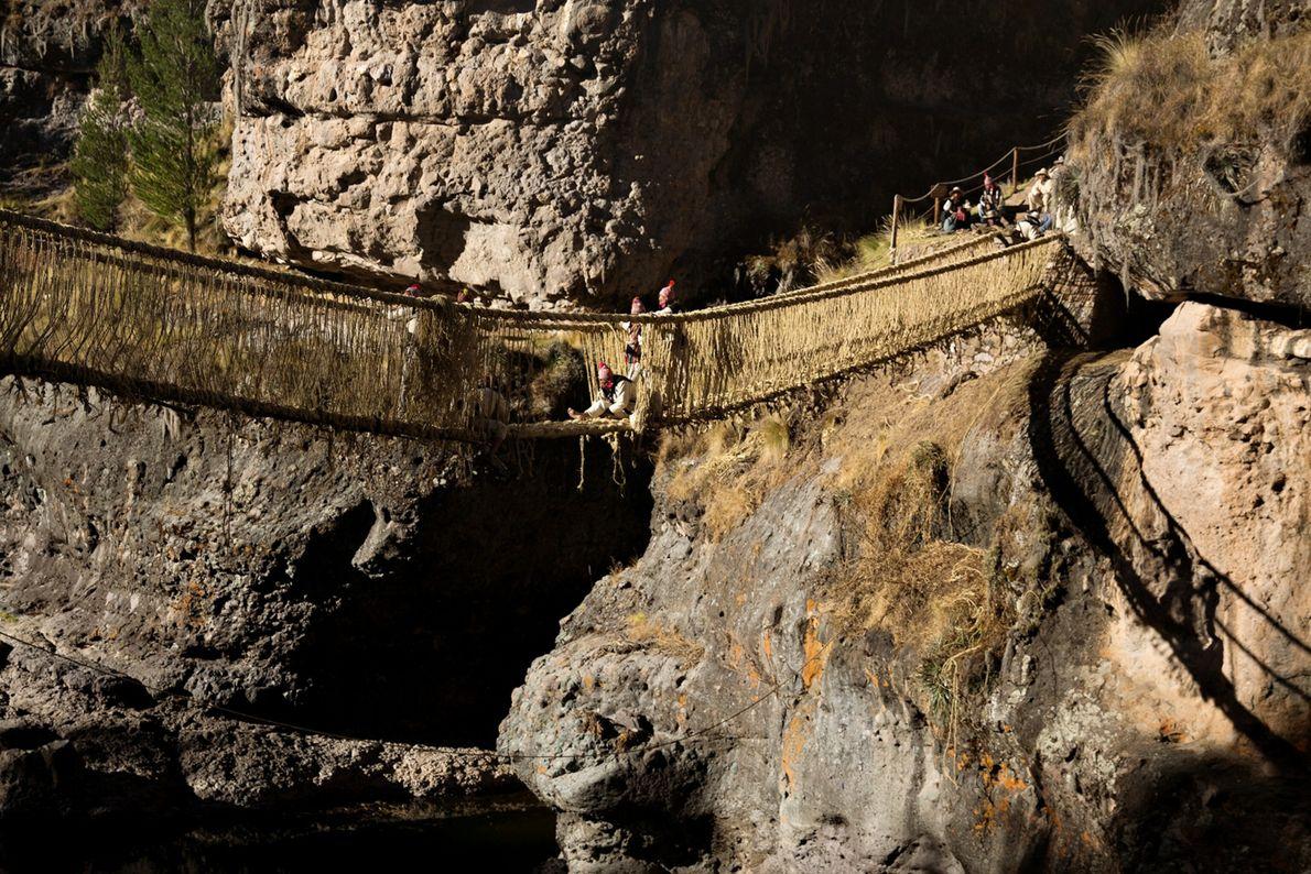 Les ingénieurs tissent le sol et les côtés du pont, la dernière étape du processus de ...