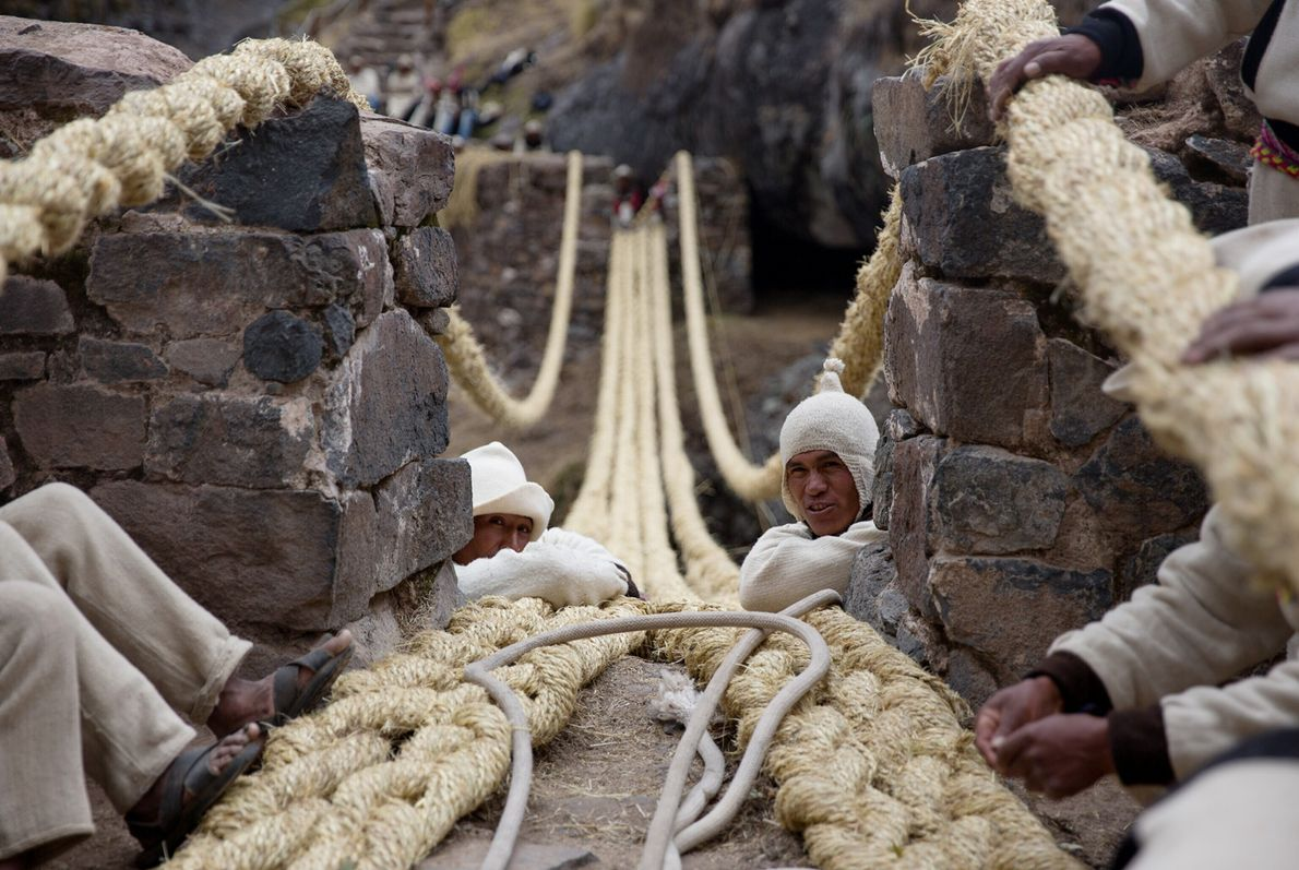Des hommes se tiennent sur la falaise juste à côté des fondations du nouveau pont.