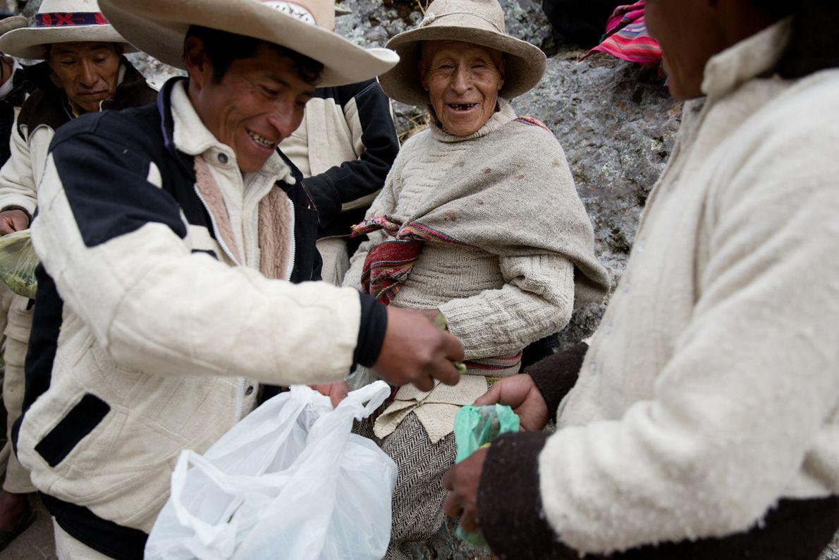 Un homme distribue des feuilles de coca pendant la cérémonie. Les feuilles de coca jouent un ...