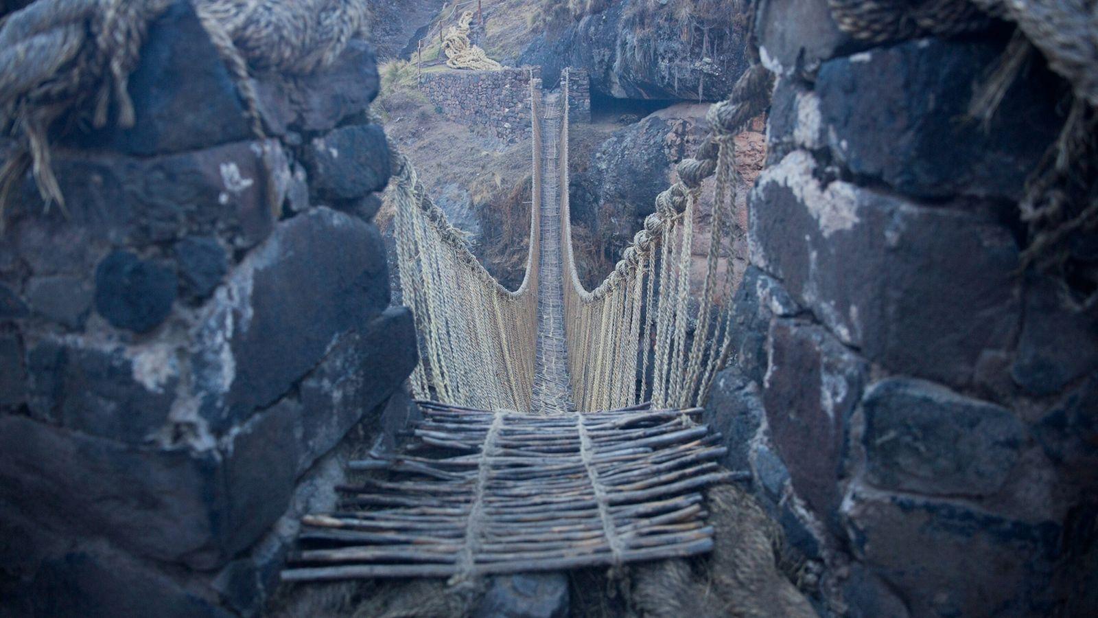 Le pont Q'eswachaka est le dernier pont suspendu inca connu.