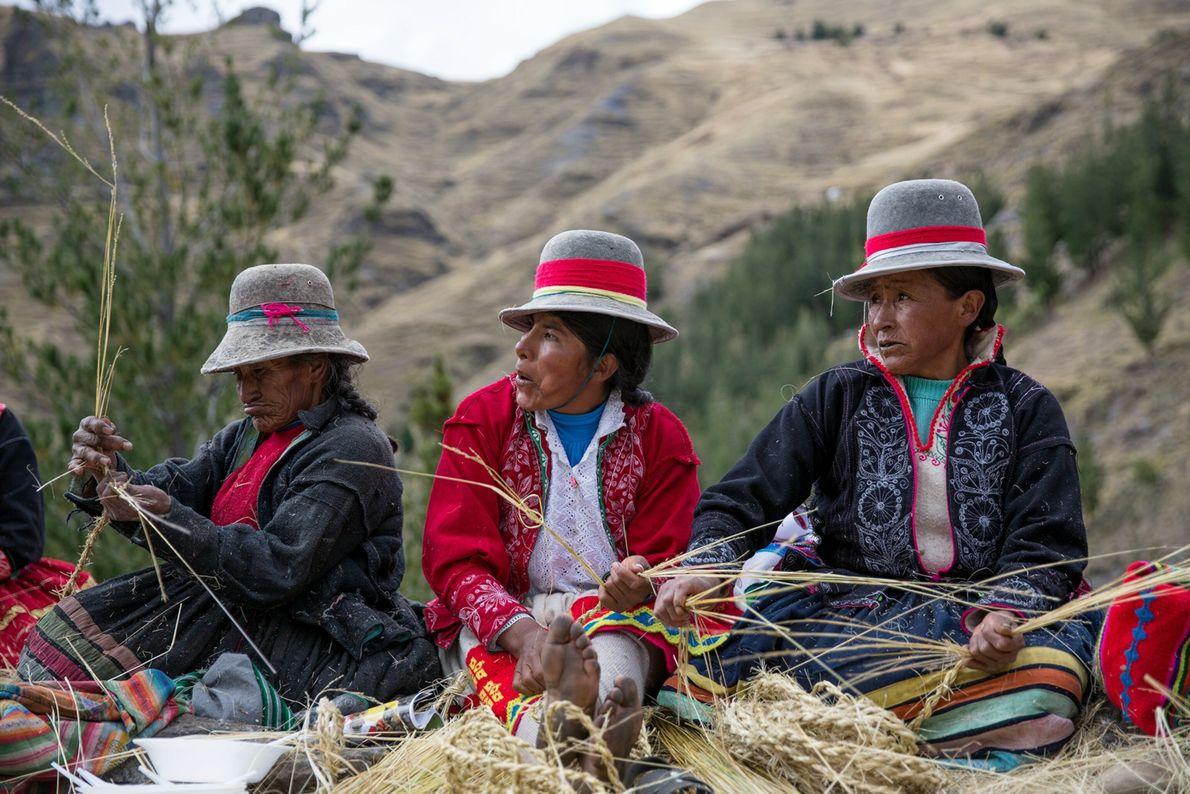 Des femmes Quechua vêtues de couleurs vives tressent la corde au sommet du canyon.