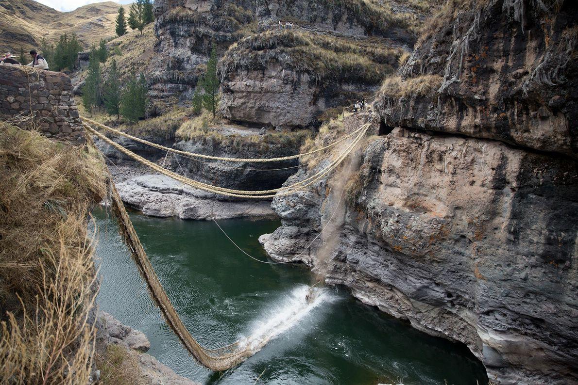 Le vieux pont est jeté dans la rivière Apurímac en contrebas une fois les points d'ancrage ...