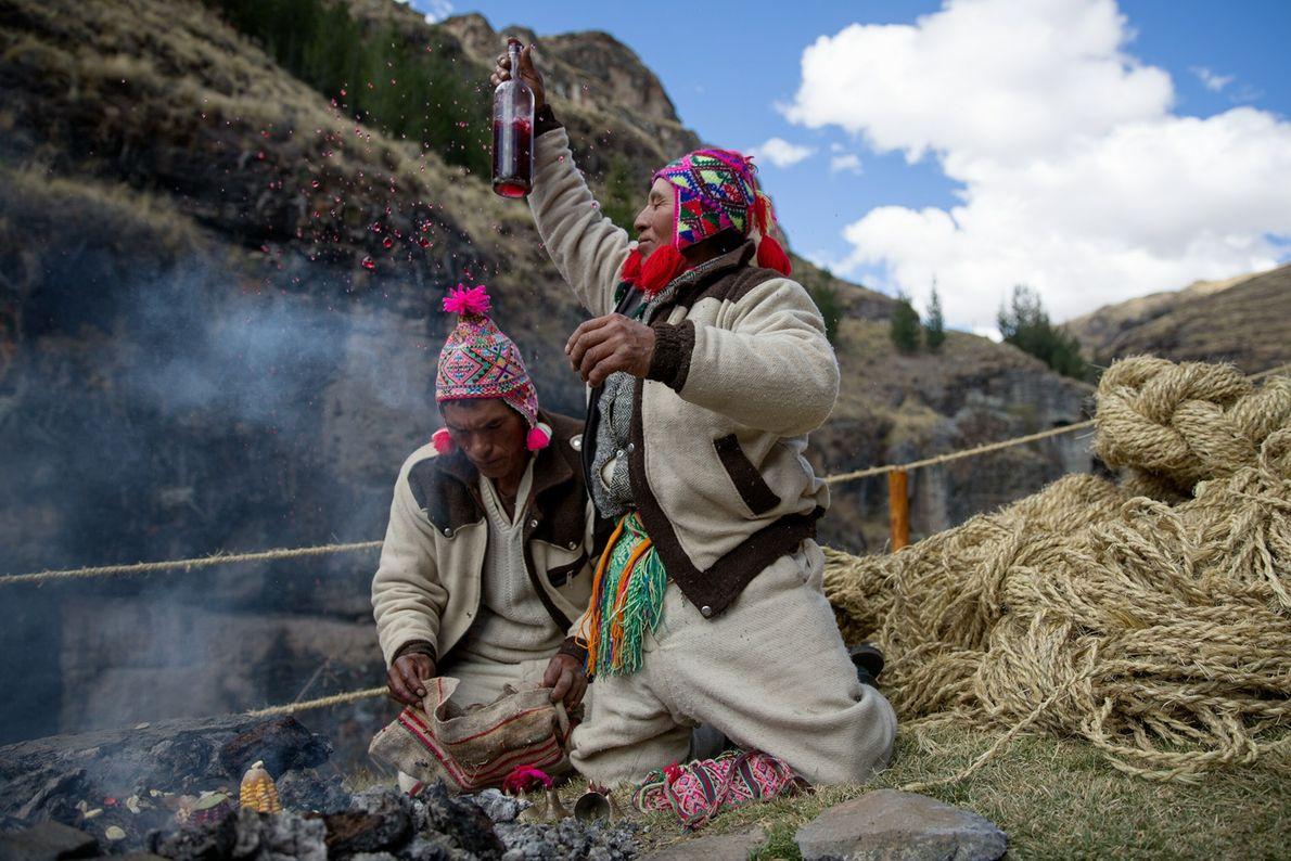 Des prêtres quechua font des offrandes spirituelles au bord du pont.
