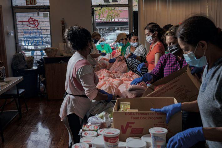 Queens, New York. Chaque mardi matin, l'église et organisme communautaire CENTI Queens donne des produits d'épicerie à ...
