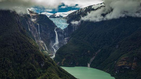 Des chutes d'eau jaillissent d'un glacier suspendu dans le parc national de Quelat, un jalon spectaculaire ...