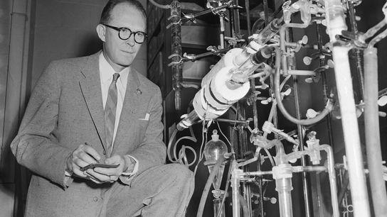 Le professeur Willard Libby, chimiste à l'Université de Chicago, a d'abord proposé l'idée de la datation ...