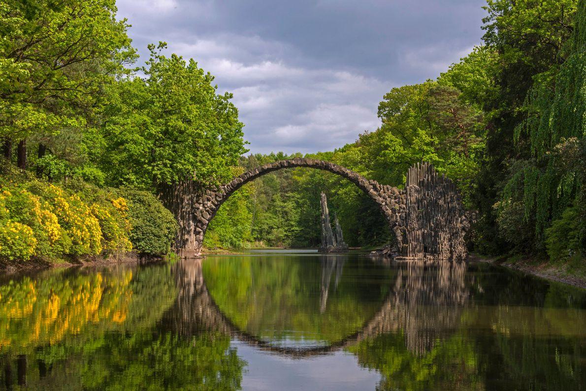 Construit en 1860 à la demande de Friedrich Hermann Rötschke, le Rakotzbrücke ou « pont du ...