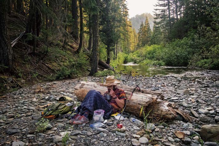 Keifer Edelmayer dîne au bord de la Chips Creek, une petite rivière, dans la Lassen National ...