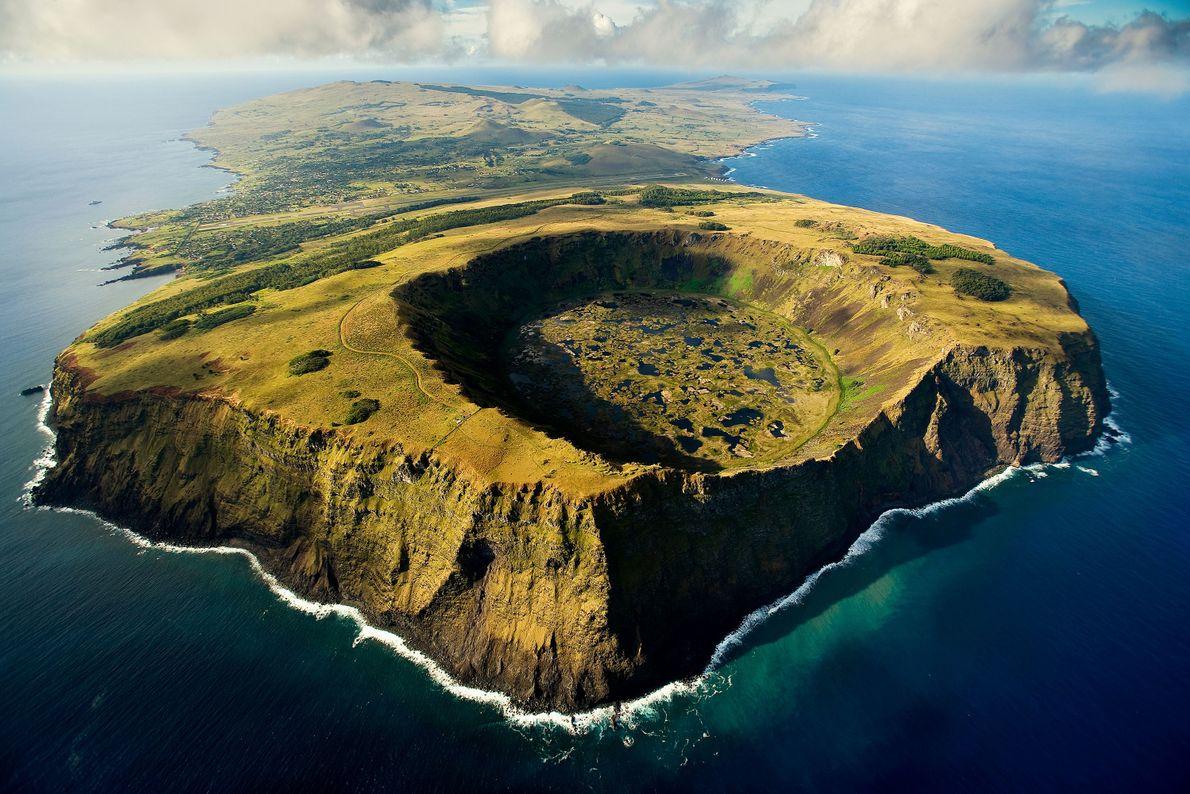 VOLCAN RANO KAU — Ce cratère d'une largeur de près d'un kilomètre abrite le plus grand ...