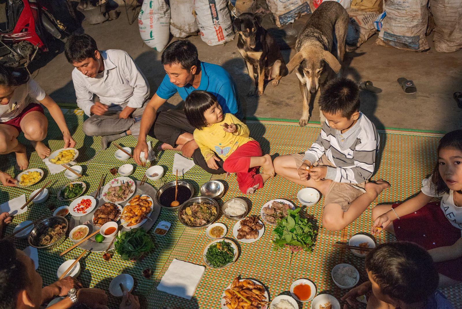 Une famille mange des rats pour le dîner à Co Dung. De nombreux rats sont capturés ...