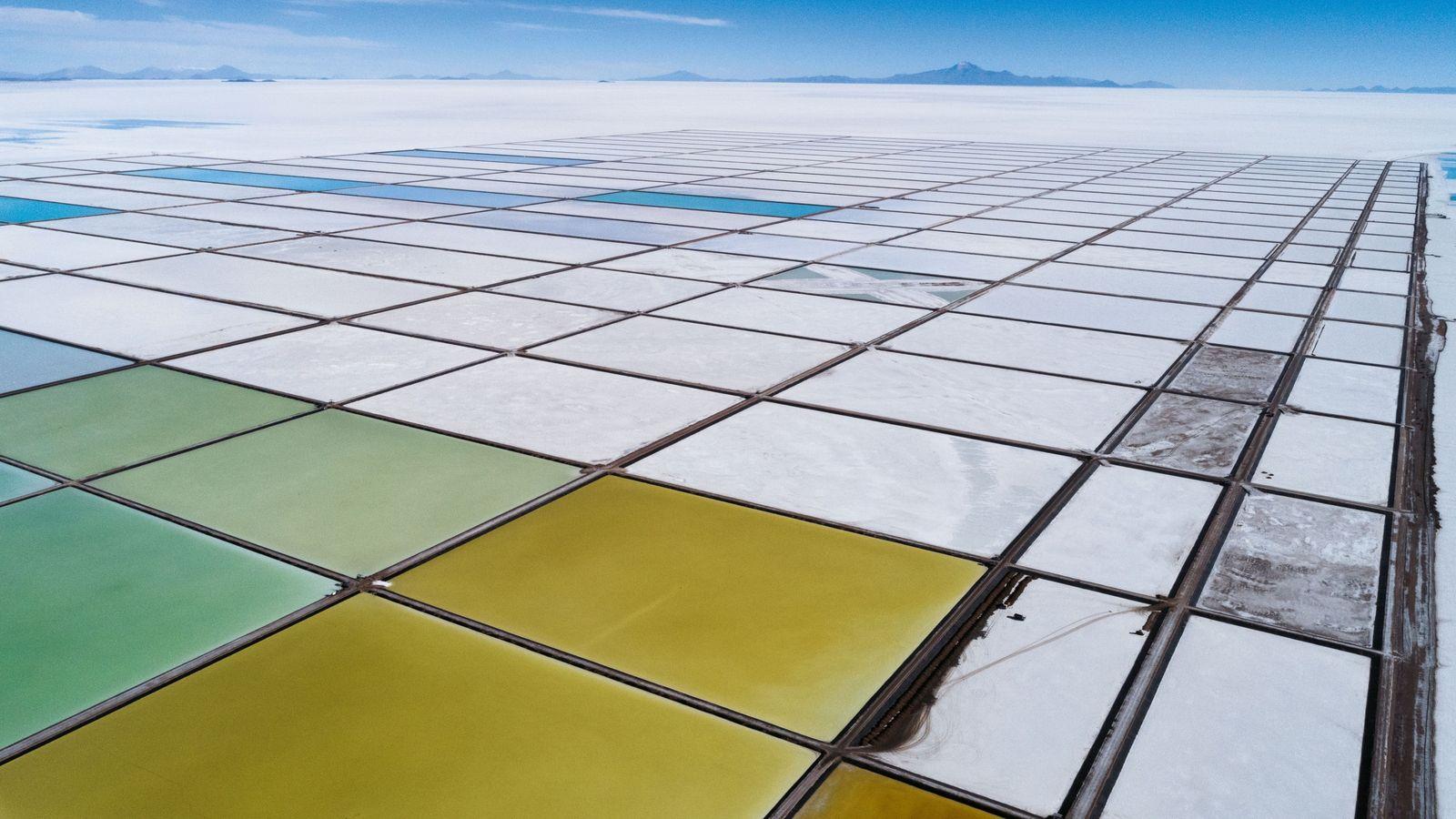 Les bassins d'évaporation de l'usine-pilote de lithium de Llipi, dans le Salar de Uyuni. L'usine produit ...