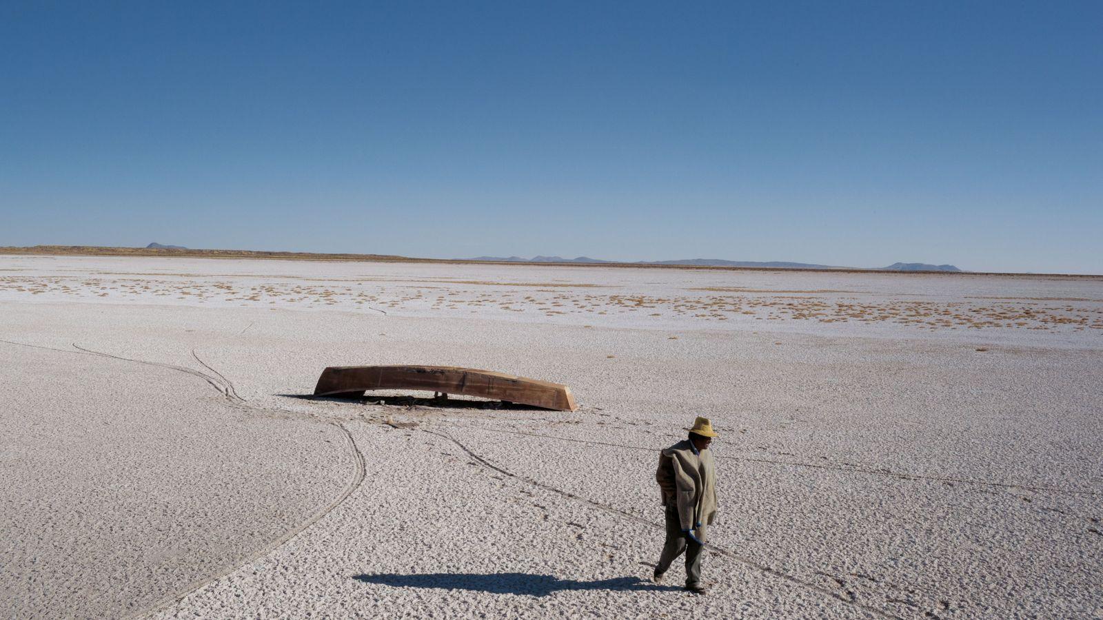 Le Poopó, en Bolivie, asséché et encroûté de sel s'étend au loin. Des bateaux sont abandonnés. ...