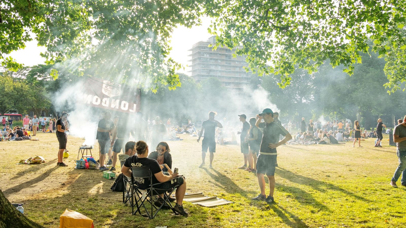 Des habitants font des barbecues à London Fields, à Hackney, un quartier de l'est de la ...