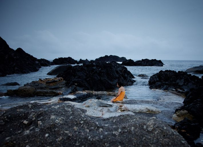 Sur Yakushima, un onsen aménagé dans la roche est alimenté par une source d'eau chaude d'origine ...