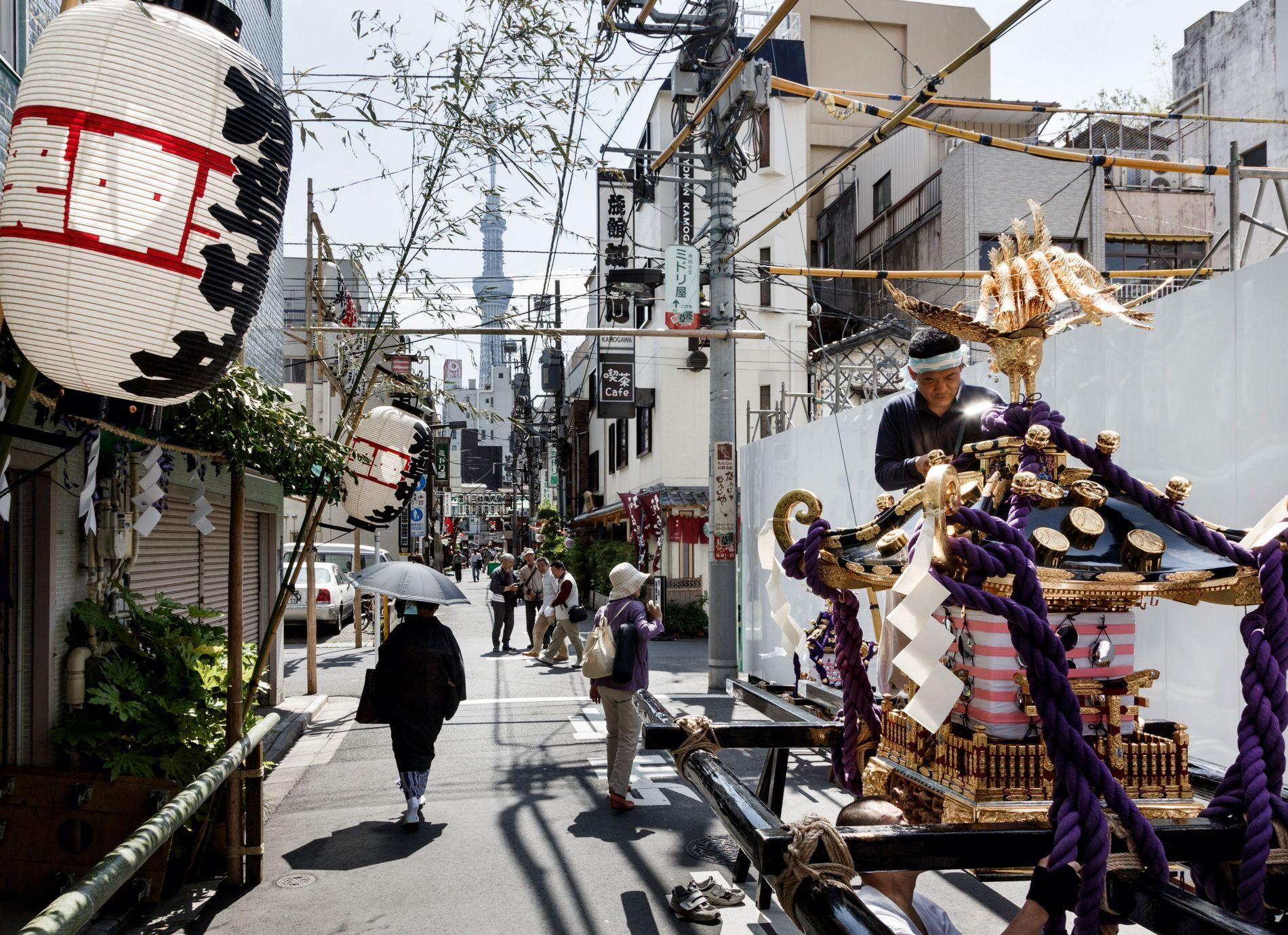 Un homme dresse un palanquin sacré pour la Sanja matsuri, Asakusa. ce quartier populaire a conservé ...