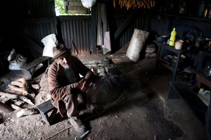 Bernard, 98 ans, se repose après sa corvée de bois.