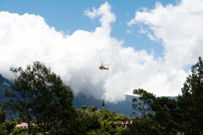 Le ravitaillement, l'acheminement des secours, la distribution du courrier, l'évacuation des ordures se font par hélicoptère. ...