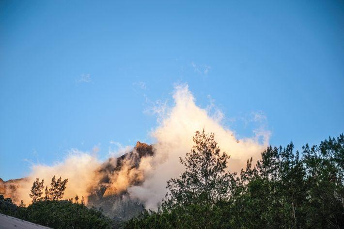 Au petit matin, le piton des neiges, volcan fondateur de la Réunion, émerge à travers la ...