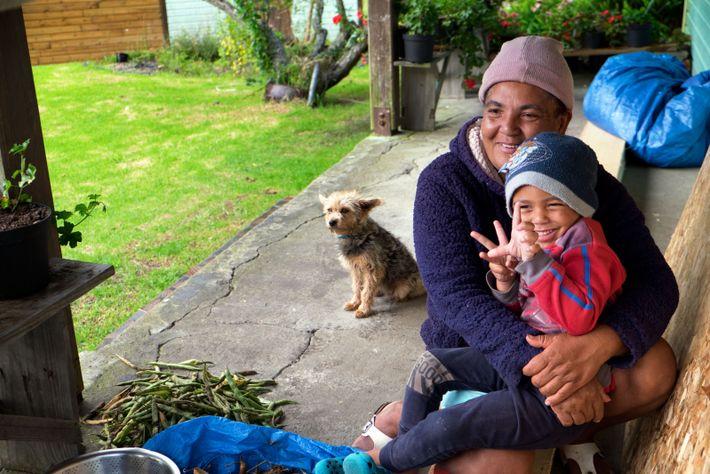 En attendant le cyclone, Lisette Gravina et son fils Jérémie écossent les fèves sous la véranda.