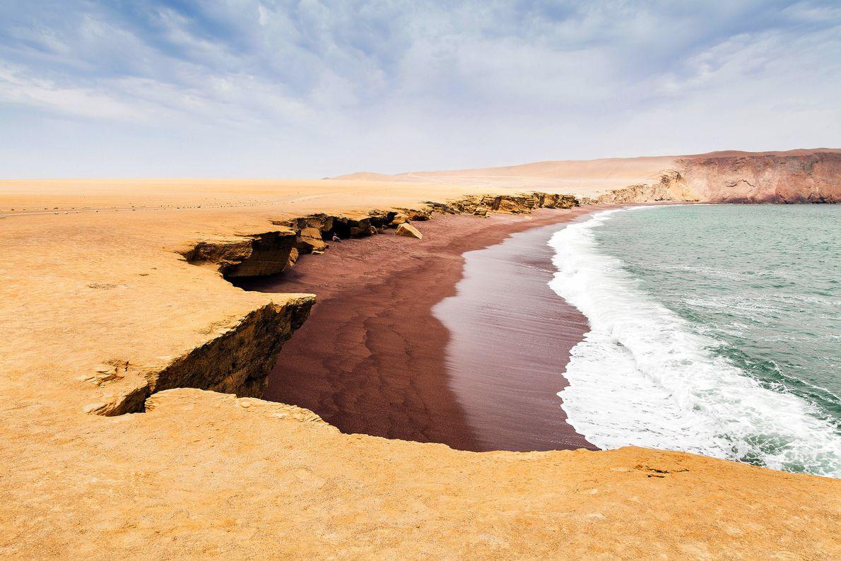Aux frontières de la réserve naturelle de Paracas, là où le désert subtropical rencontre l'air vivifiant ...