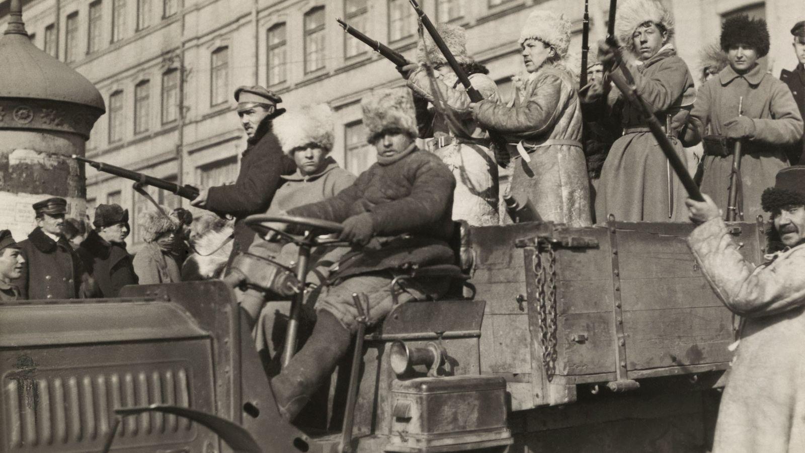 1920, des bolcheviks armés de fusils patrouillent en camion dans les rues de Vladivostok, en Russie. ...