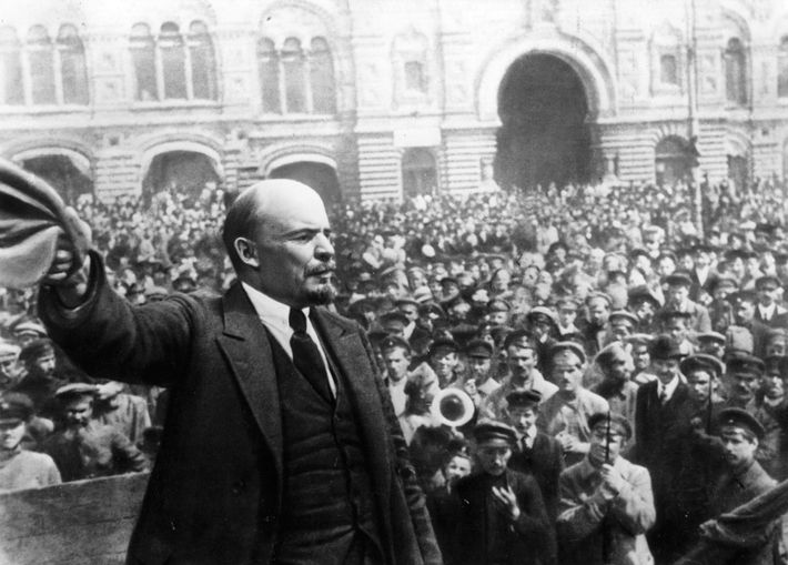 Le chef d'État russe Vladimir Lénine s'adresse aux militaires à l'occasion du premier anniversaire de la ...