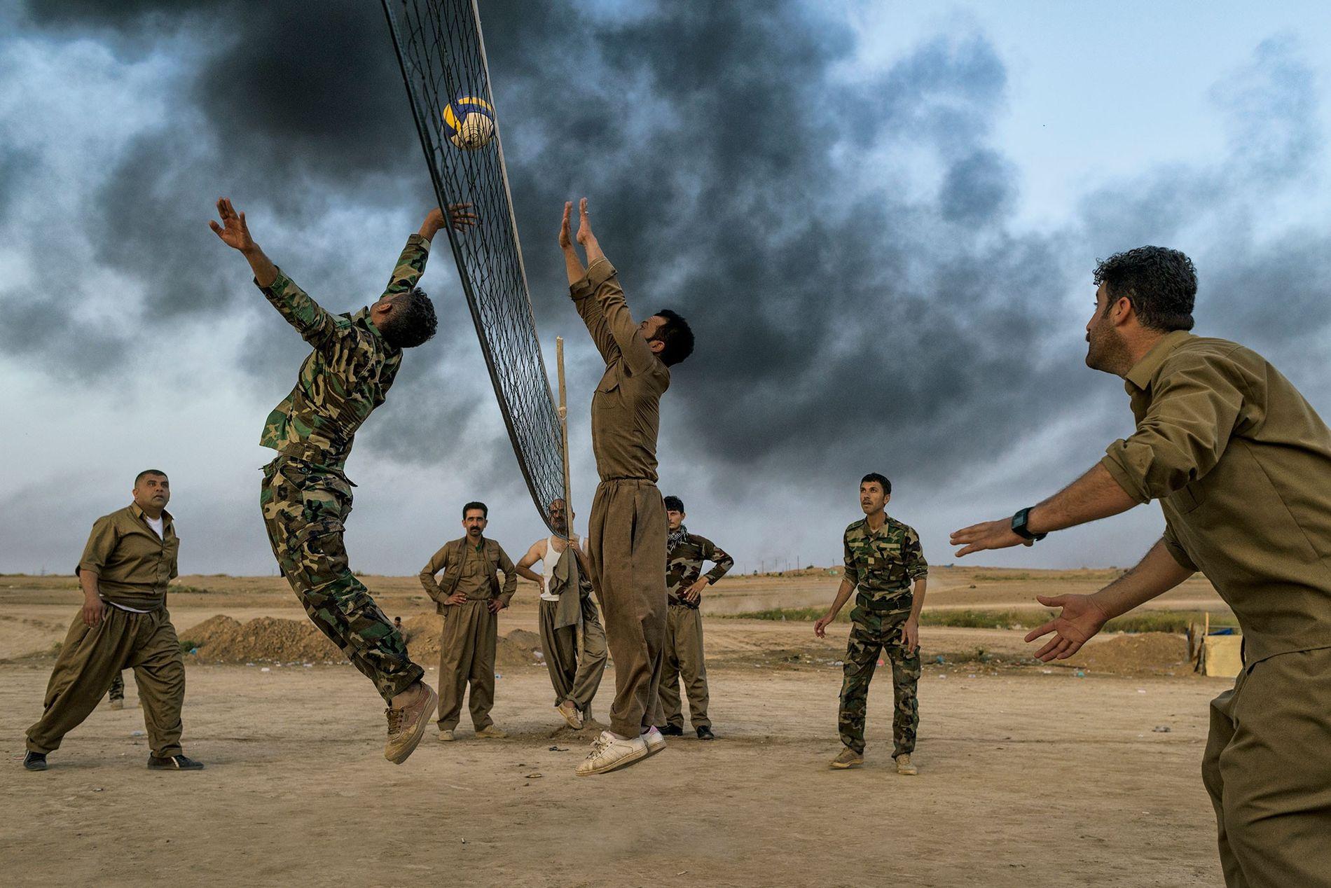 Des combattants kurdes connus sous le nom de Peshmergas jouent au volley-ball près de Kirkouk. Les ...