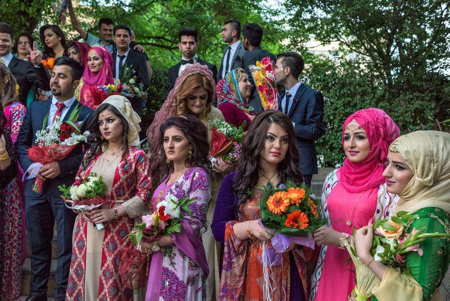Les jeunes Kurdes portent un mélange de vêtements traditionnels et occidentaux à leur remise de diplôme ...
