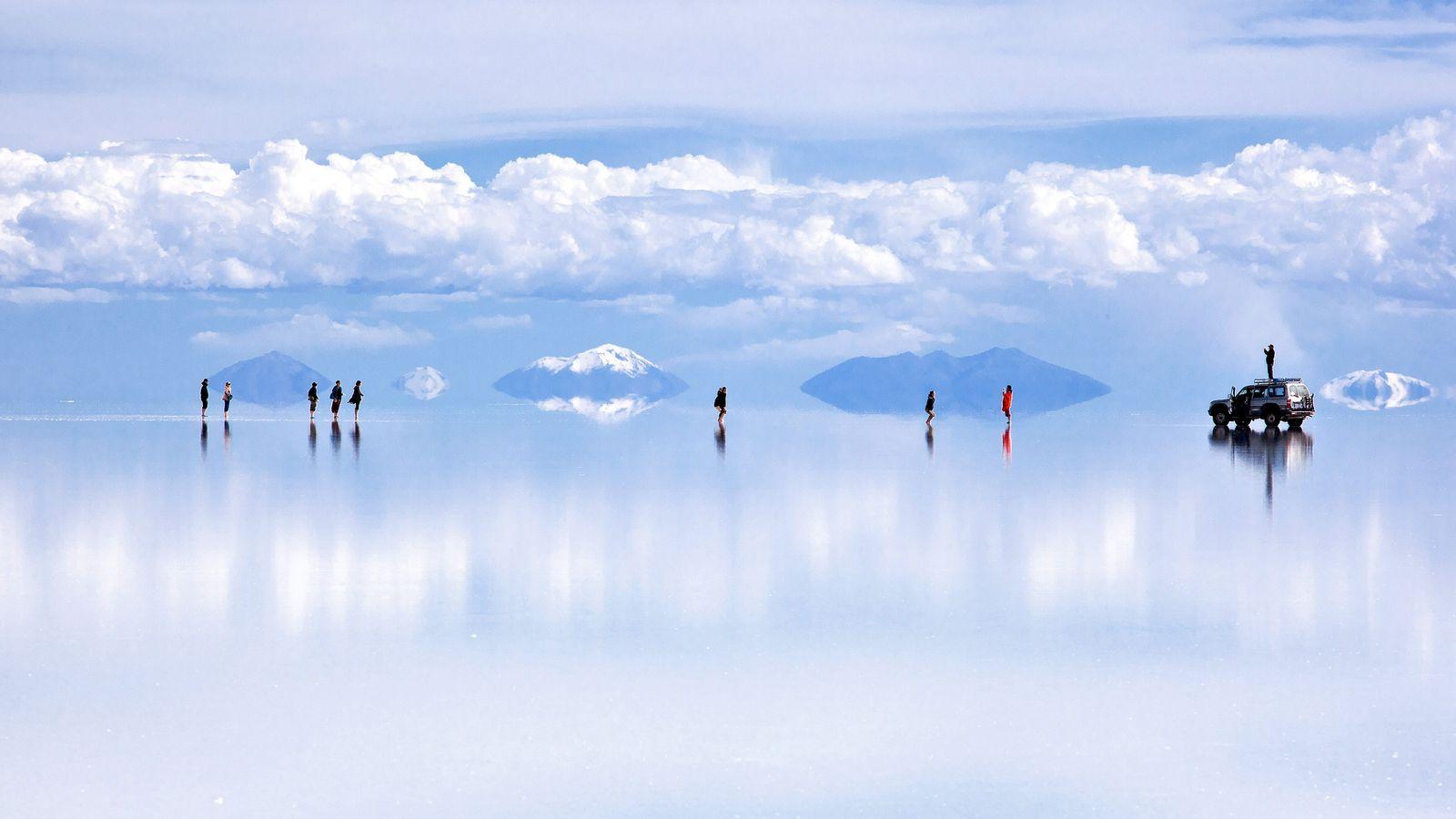 En Bolivie, une fine couche d'eau transforme la plaine saline d'Uyuni en une toile réfléchissante saisissante. ...