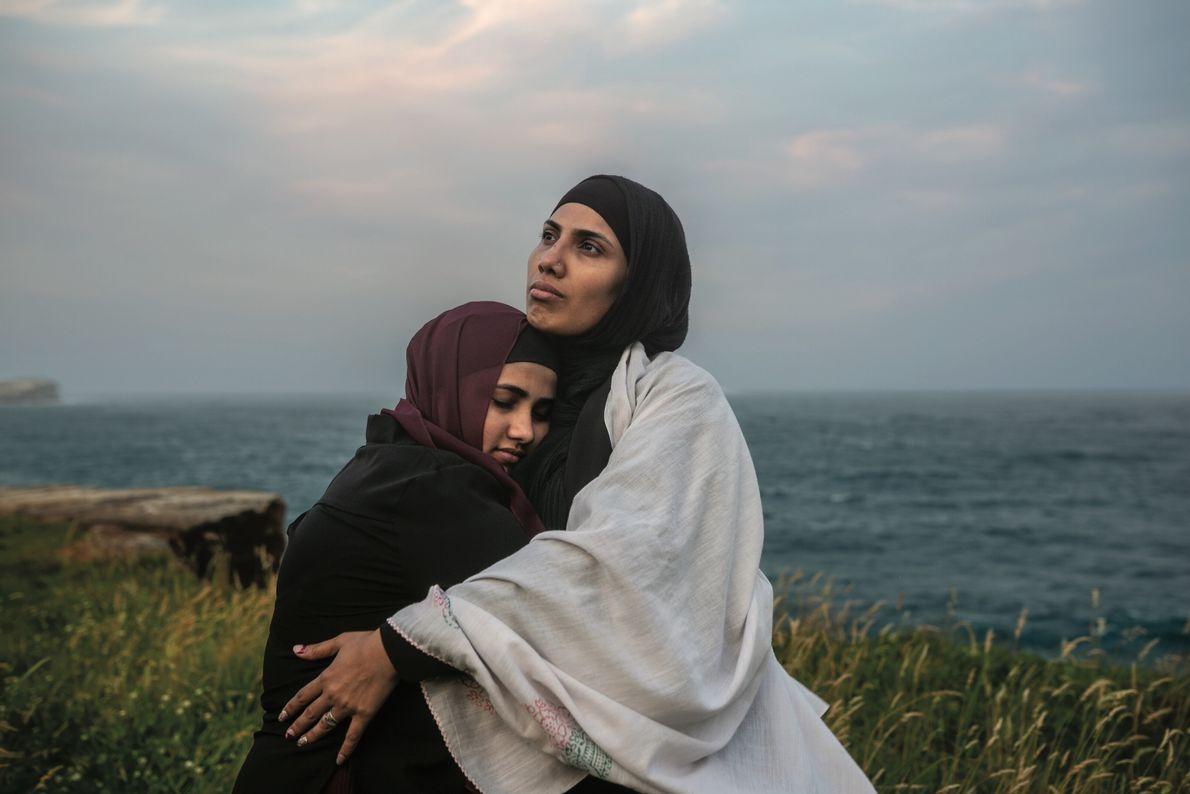 Sajeda Bahadurmia, 32 ans, serre dans ses bras l'aînée de ses six enfants, Asma, 16 ans, ...