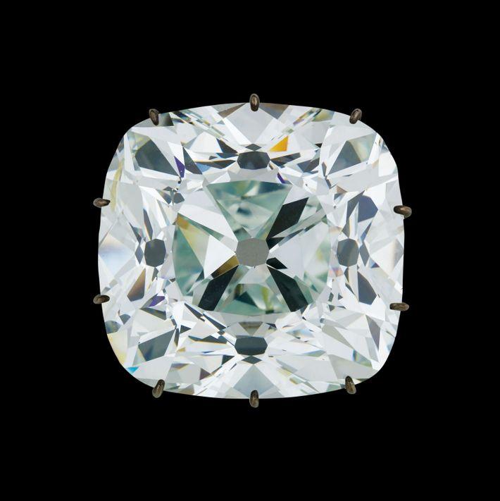 Figurant parmi les rares diamants parfaits découverts à ce jour, le Régent a été ajouté à ...