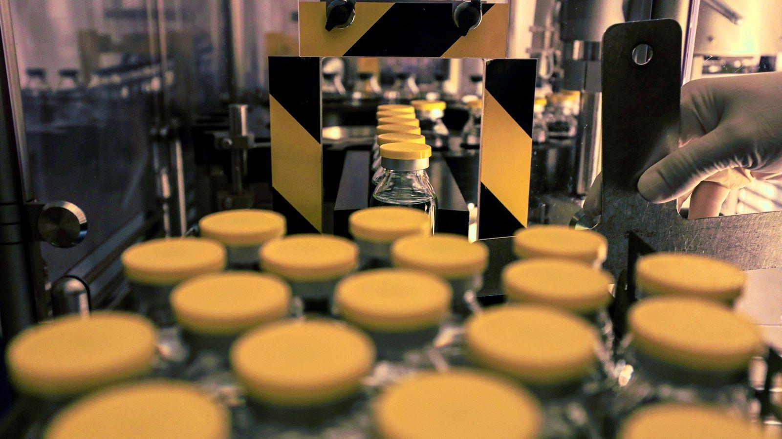 Un technicien de laboratoire travaille sur le remdesivir, un médicament antiviral, à l'installation d'Eva Pharma au ...