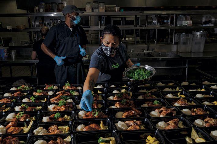 Houston, Texas.   Kimberline Rivas (à droite) et Lawrence Walker, membres du personnel de cuisine de Lucille's ...