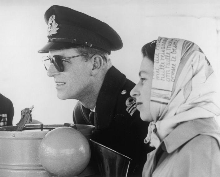 Le duc d'Édimbourg et la reine Elizabeth II voguent vers la Colombie-Britannique à l'occasion d'une tournée ...