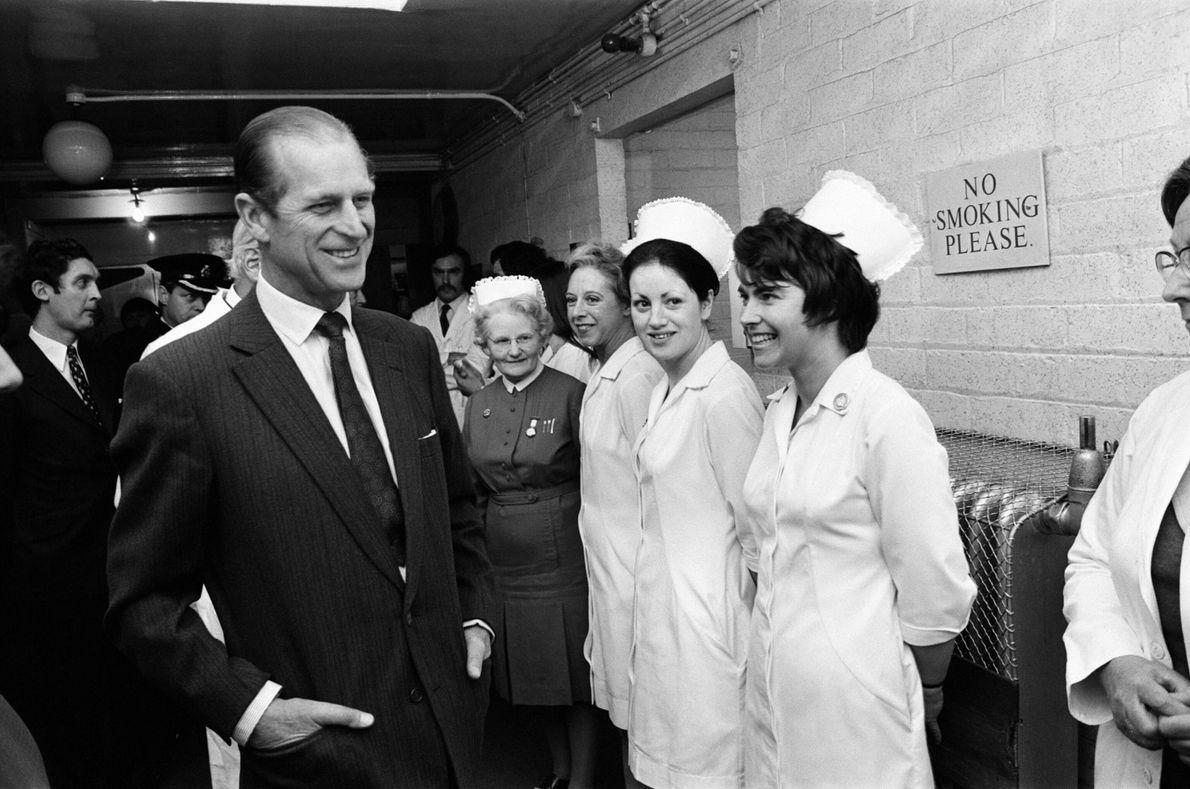 1974 : le prince Philip salue le personnel du Birmingham General Hospital lors d'une visite aux victimes ...