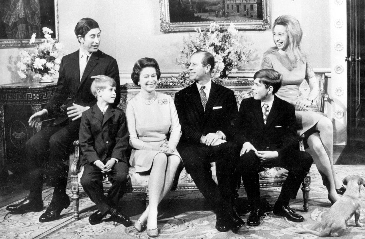 1972 : la reine Elizabeth II et le prince Philip, au centre, ont eu quatre enfants. De ...