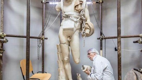 Massimo Bernacchi restaure l'Antinoüs du Belvédère, une statue qui date de l'empereur Hadrien. C'est le pape ...
