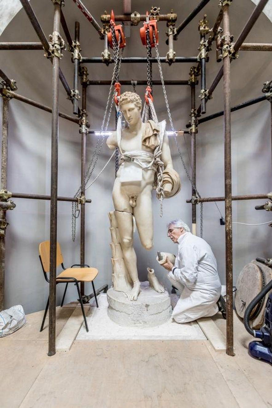 Massimo Bernacchi restaure l'Antinoüs du Belvédère, une statue qui date de l'empereur Hadrien. C'est le pape Paul III qui l'avait acheté pour la Cour de l'Octogone.