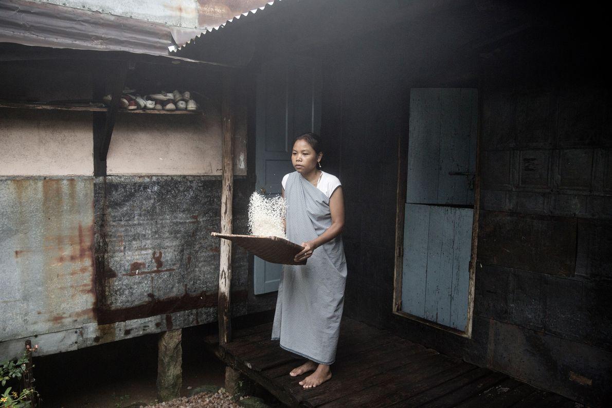 Une femme prépare le dîner dans sa maison en bamboo dans le village de Mawlynnong.