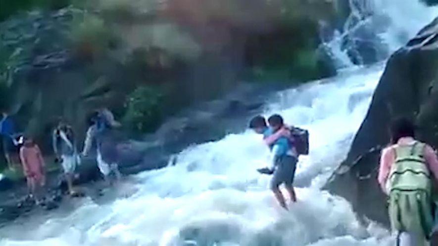 Pour se rendre à l'école, ces enfants doivent traverser une rivière mortelle