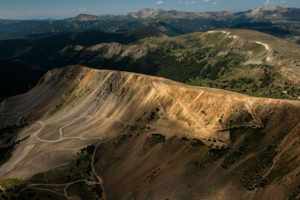 200 kilomètres de spectacle où vous pourrez admirer les sommets majestueux des Rocheuses, les lacs bleu ...