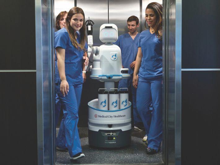 Les infirmiers du Medical City Heart Hospital de Dallas travaillent avec Moxi, un robot conçu pour apprendre ...
