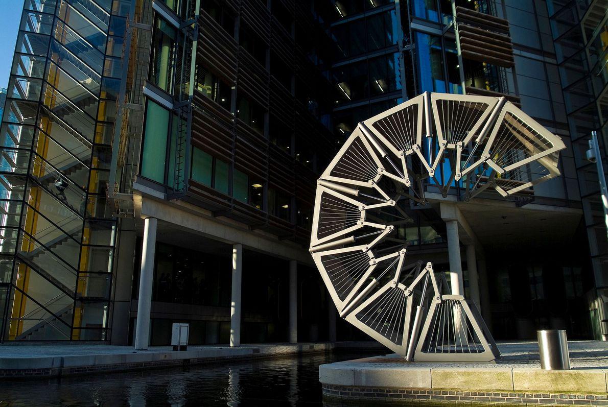 Achevé en 2004 par Heatherwick Studio, le Rolling Bridge, situé à Londres, relie le Grand Union ...