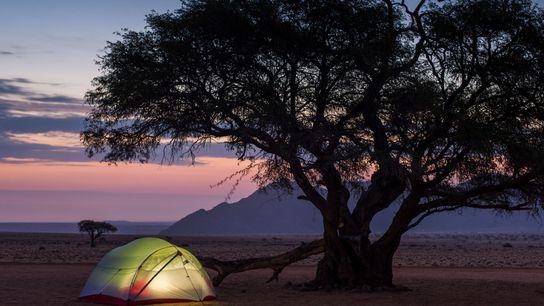 Passez une nuit à camper sous les étoiles en bordure du désert du Namib.