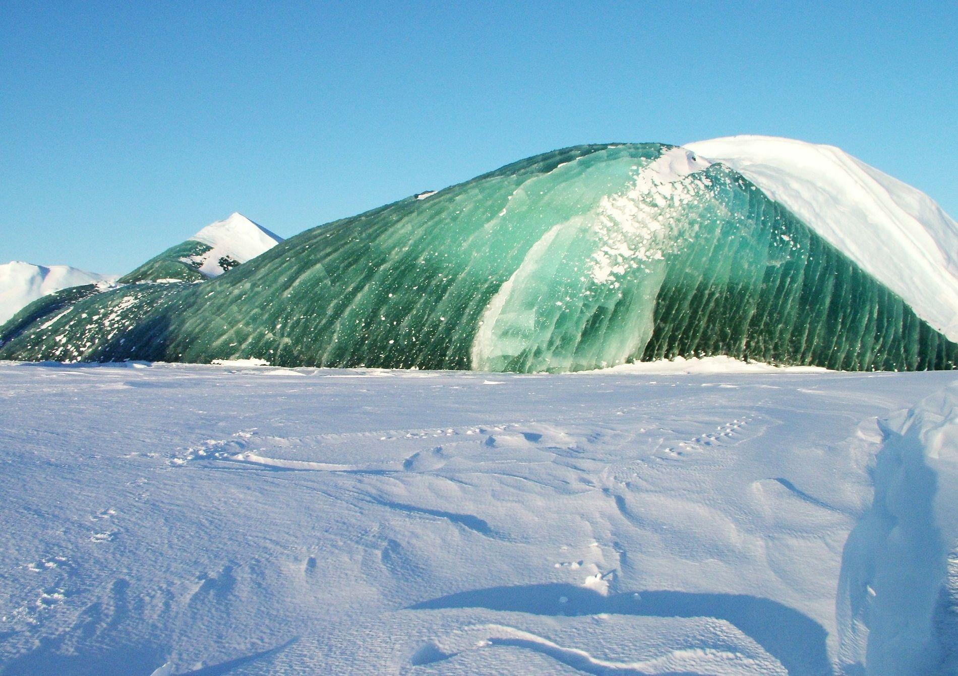 Comme les icebergs bleus, les icebergs verts se parent souvent d'une transparence bluffante, synonyme d'une faible présence de bulles d'air.