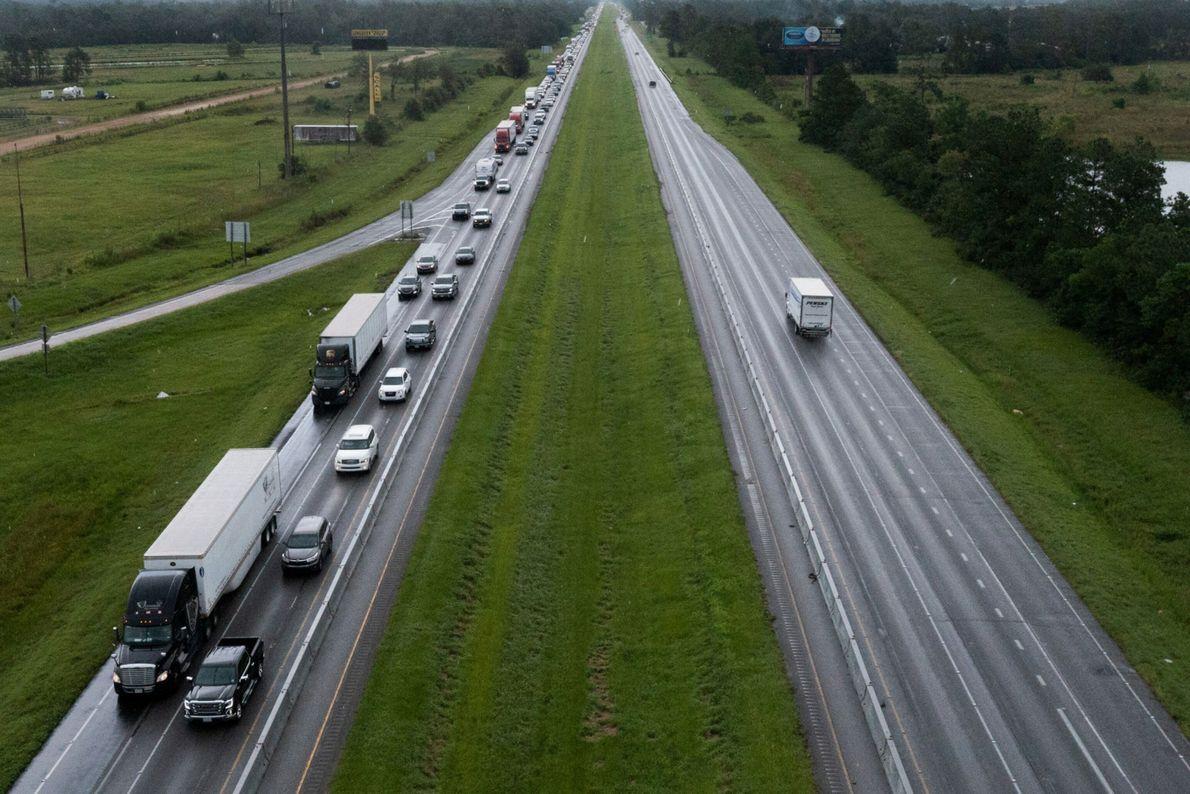 La circulation est dense le long de l'autoroute I-10. Les résidents évacuent la région avant l'arrivée ...